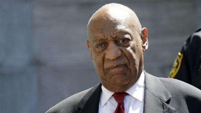 El intérprete Bill Cosby a su salida del juzgado tras ser declarado culpable de abuso sexual.