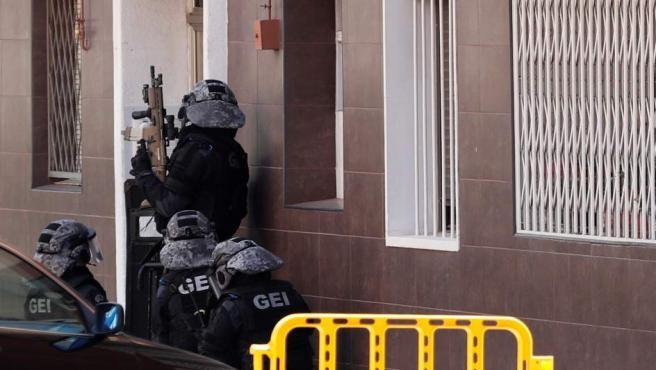 Entrada de las fuerzas de seguridad en el domicilio del atacante en Cornellá.
