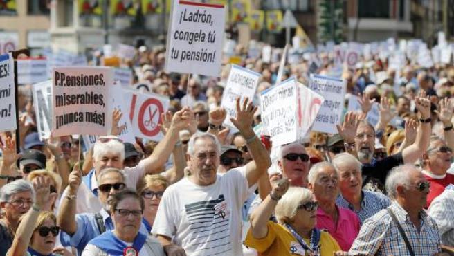 """Miles de jubilados y pensionistas vizcaínos durante el recorrido de la """"gran manifestación intergeneracional"""" en defensa de pensiones públicas """"dignas"""", coincidiendo con las fiestas de Bilbao."""