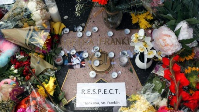 Velas, fotografías y flores que decoran la estrella de Aretha Franklin en el paseo de la Fama de Hollywood, California (EE UU), como forma espontánea su respeto y cariño a la 'reina del Soul'.