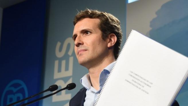 Pablo Casado muestra el pasado mes de abril la documentación de su máster.