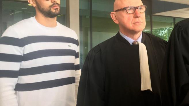 Josep Miquel Arenas (i), el rapero conocido como Valtònyc, y uno de sus abogados, Paul Bekaert, a su llegada al tribunal de primera instancia de Gante.