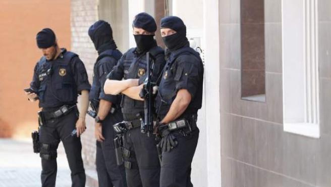 Agentes en el domicilio del atacante de Cornellà.