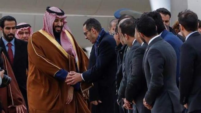 El príncipe heredero de Arabia Saudí, Bin Salman Abdulaziz al Saud, a su llegada a la Base Aérea de Torrejón, Madrid, con motivo de su primera visita oficial a España.