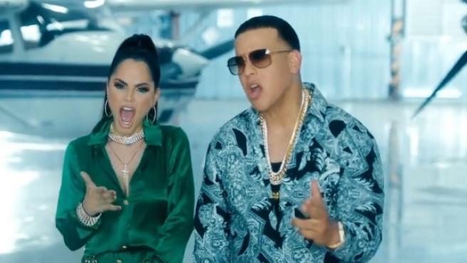 Natti Natasha y Daddy Yankee en el videoclip de Buena Vida.