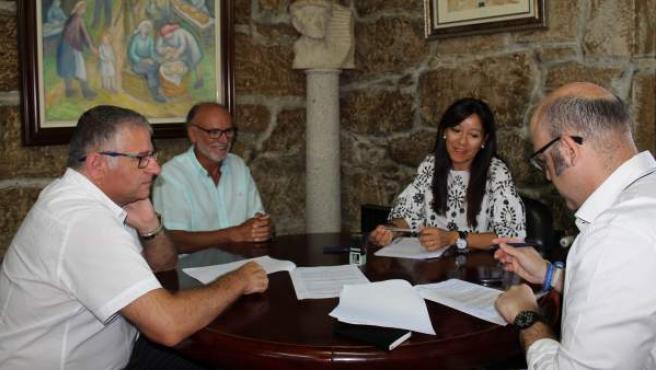 Firma del convenio entre el Monbus Obradoiro y el Ayuntamiento de Silleda