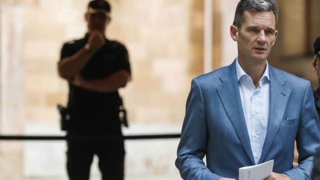 Iñaki Urdangarin sale de la Audiencia de Palma tras recoger la notificación para ingresar en prisión.
