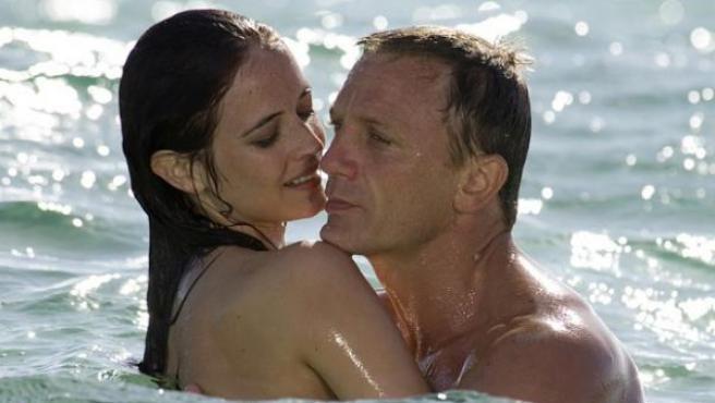 El agente 007, interpretado por el actor Daniel Craig, y la 'chica Bond' del filme 'Casino Royale' (2006).