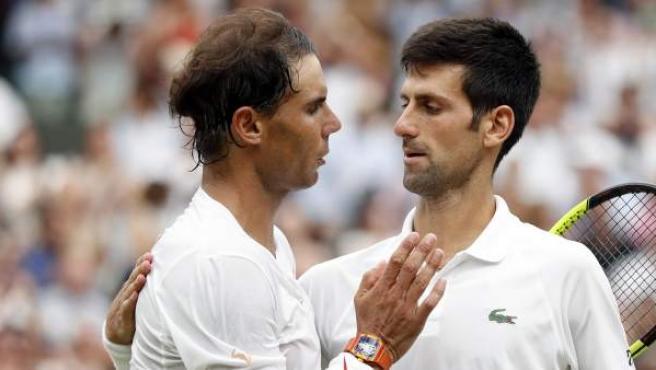 Rafa Nadal felicita a Novak Djokovic tras su partido de semifinales de Wimbledon.