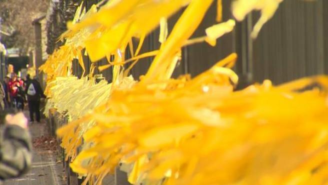Decenas de lazos amarillos la entrada del parque de la Ciutadella.