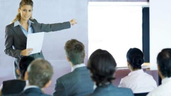 Existen varias estrategias para superar el miedo a hablar en público.