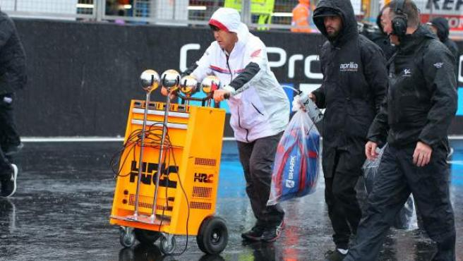 Mecánicos de Honda, bajo la lluvia en el circuito de Silverstone.