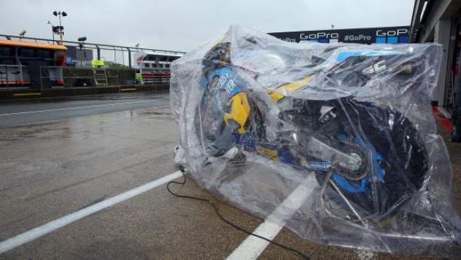 La moto de Thomas Luthi, cubierta bajo la lluvia en Silverstone.