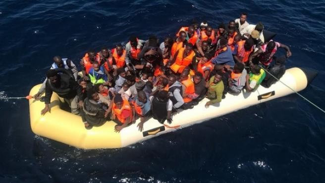 Una de las embarcaciones llena de personas rescatada por Salvamento Marítimo.