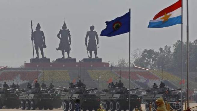 Las tres estatuas de los reyes que fundaron el reino de Birmania, durante la celebración del 68 aniversario del Día de las Fuerzas Armadas en Naypyitaw, Birmania.