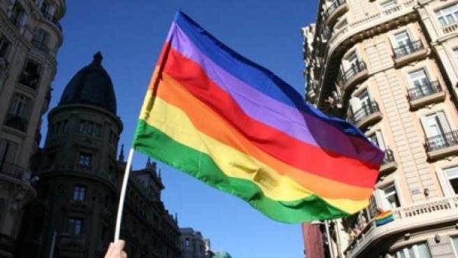 Una bandera gay ondea en Madrid.
