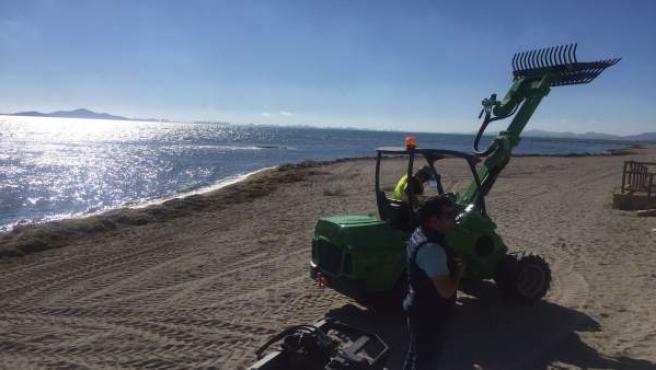 Maquinaria liguera empleada por las brigadas de limpieza del Mar Menor