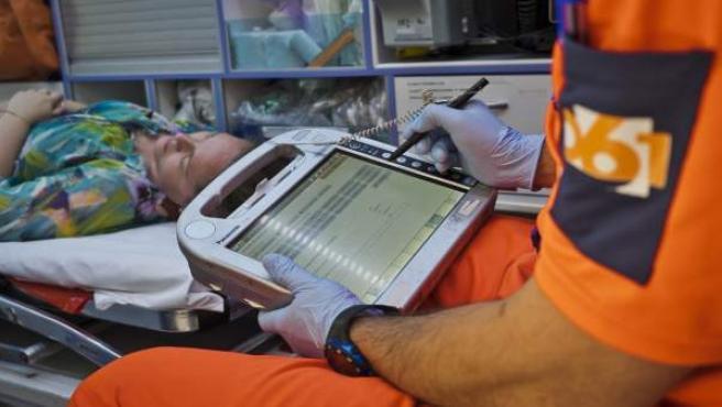Efectivos del 061 atiende a una paciente
