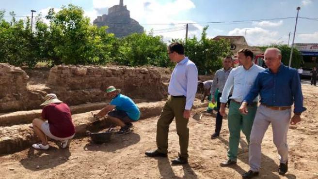 Visita Ballesta excavaciones en la falda del Castillejo de Monteagudo