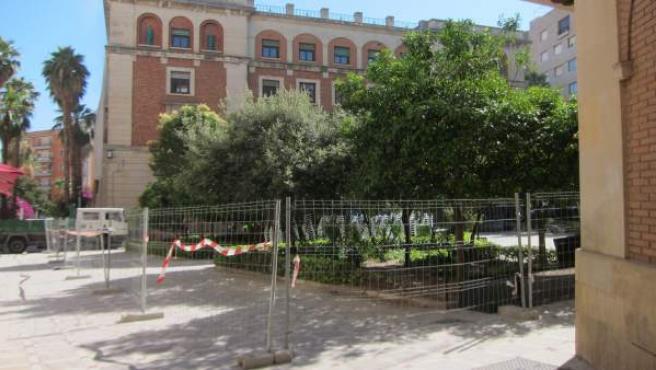 La plaza Deán Mazas acotada por vallas para el inicio de la obra.