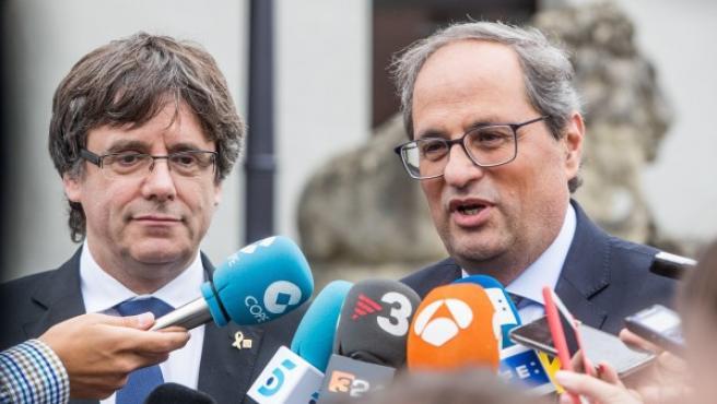 El expresidente catalán y líder de Junts per Catalunya (JxCat), Carles Puigdemont (i), y el presidente de la Generalitat, Quim Torra (d) ofrecen unas declaraciones a la prensa tras su reunión en el Martin's Grand Hotel de Waterloo (Bélgica) este lunes.
