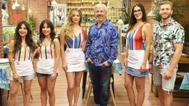 Carlos Sobera junto a los demás trabajadores del restaurante de 'First Dates'.
