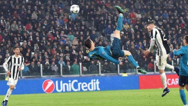 Cristiano Ronaldo, del Real Madrid, anota el 2-0 de chilena contra la Juventus, durante el partido de ida de cuartos de final de la Champions 2018, en Turín.