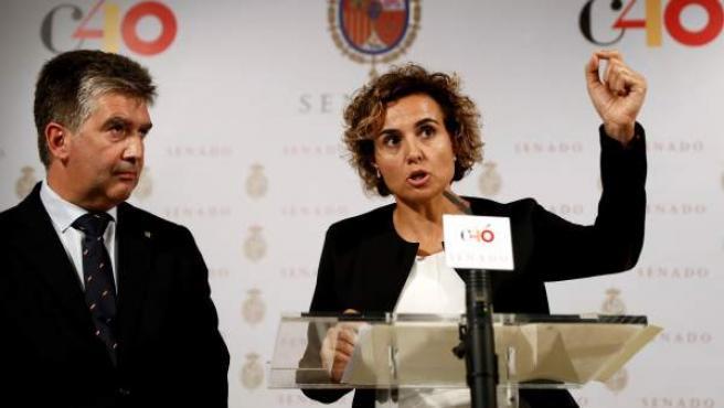 El portavoz del grupo parlamentario popular en el Senado, Ignacio Cosidó,iz., junto a la portavoz en el Congreso, Dolors Montserrat.
