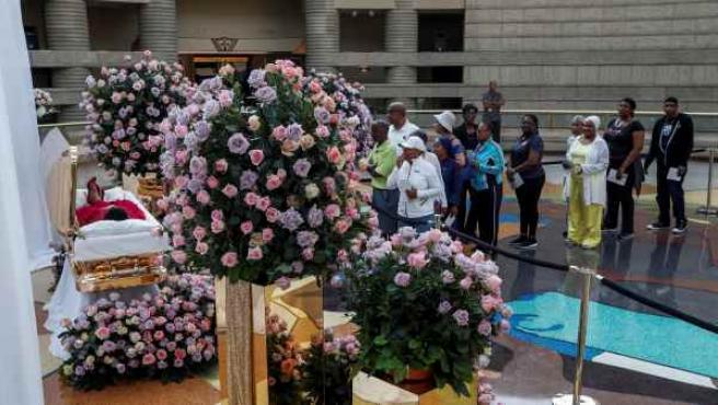 Los seguidores hacen cola en la capilla ardiente de Aretha Franklin.