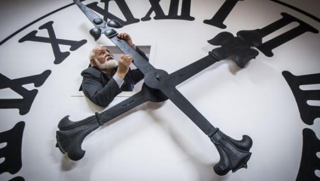 El relojero Istvan Hanga ajusta la hora de un reloj enorme en la catedral de Kecskemét en la Casa Bozso de Colecciones de Relojes en Kecskemét, a 85 kilómetros de Budapest, Hungría.