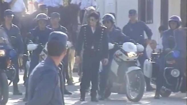 El cantante Michael Jackson, escoltado por varios policías nacionales en moto en un vídeo inédito grabado en 1992.