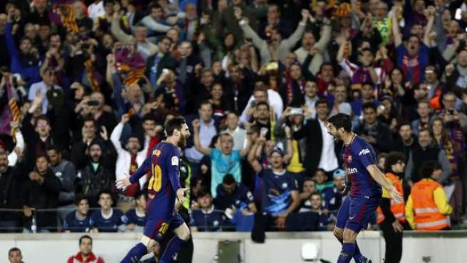 La afición del FC Barcelona celebra un gol de su equipo ante el Real Madrid.