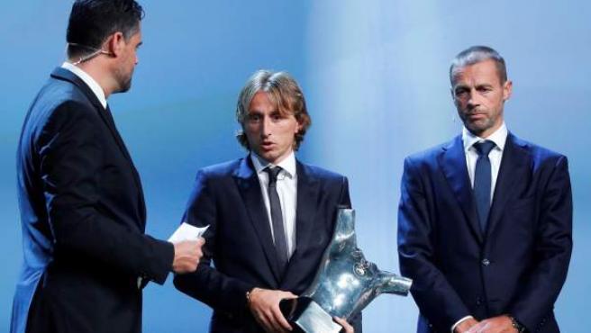 Modric (c) recibe el trofeo al mejor jugador de la última temporada de manos del presidente de la UEFA.