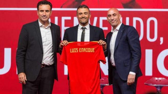 Luis Enrique, rodeado por Molina y Rubiales, en su presentación como seleccionador español.