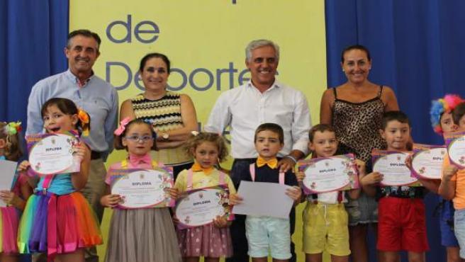 Representantes del Ayuntamiento de Moguer y de la Fundación Cepsa.