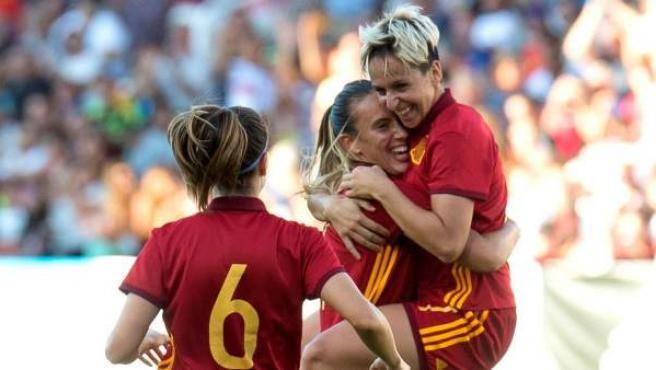 Marta Corredera celebra con Virginia Torrecilla un gol con la selección española.