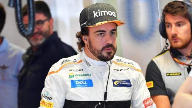 Fernando Alonso espera en el box de McLaren.