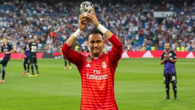 Keylor Navas ofrece a los aficionados del Real Madrid el premio de la UEFA al mejor portero.