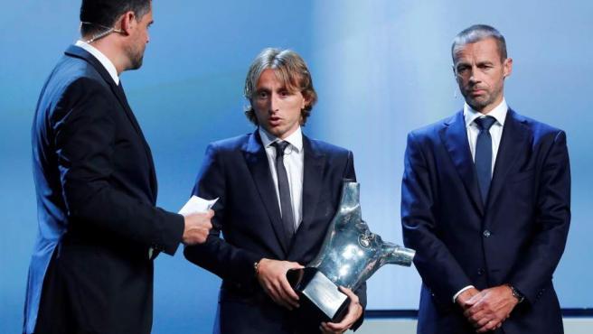 Luka Modric recibiendo el premio al mejor jugador de Europa