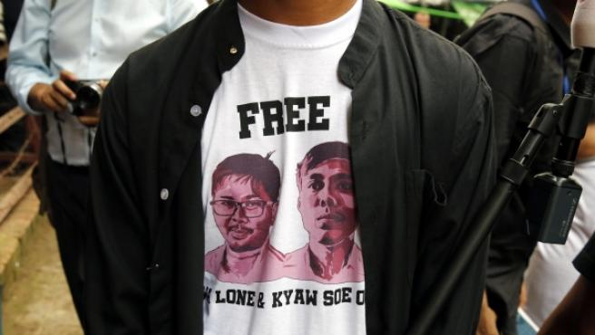 Un periodista a la peurta del juzgado con una camiseta que pide la liberación de Wa Lone y Kyaw Soe Oo .