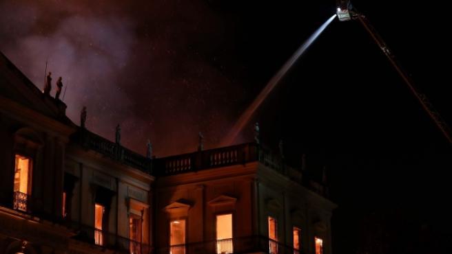 Bomberos trabajan para contener un gran incendio en el Museo Nacional de Río de Janeiro.