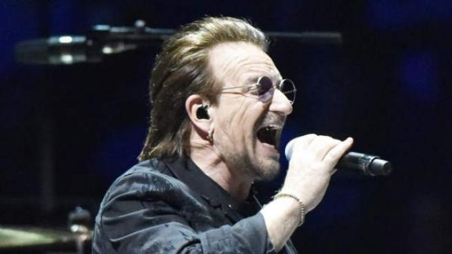 """Bono, líder de U2, durante un concierto en Chicago de su gira """"Experience + Innocence""""."""