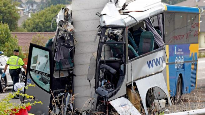 Estado en el que ha quedado el autobús de Alsa, tras colisionar contra un pilar de cemento de un viaducto en obras en la carretera de circunvalación de Avilés.