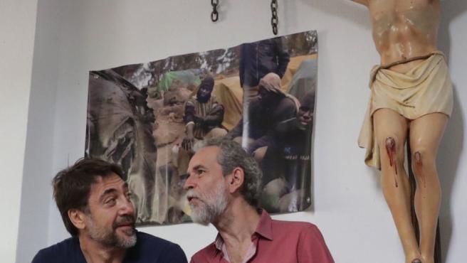 El actor Willy Toledo (d), junto a su colega Javier Bardem, durante la rueda de prensa que ha convocado en el Arzobispado de Madrid, a la misma hora que debía declarar ante un juzgado por presuntos insultos a Dios y a la Virgen.