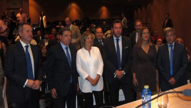 El ministro Luis Planas y Milagros Marcos junto a otros asistentes a la jornada