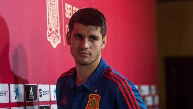 Álvaro Morata atiende a la prensa durante una concentración con la Selección española.