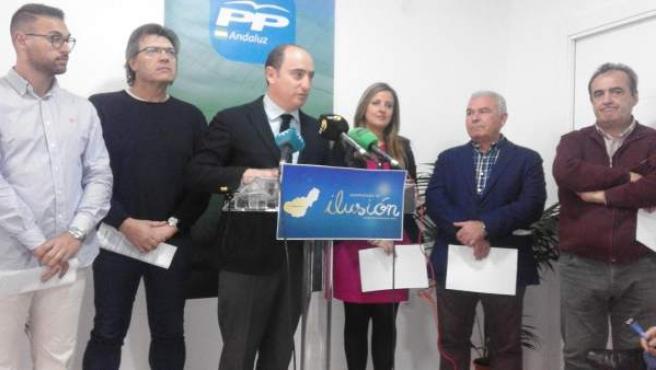 García Montero en rueda de prensa con militantes que apoyaron su candidatura