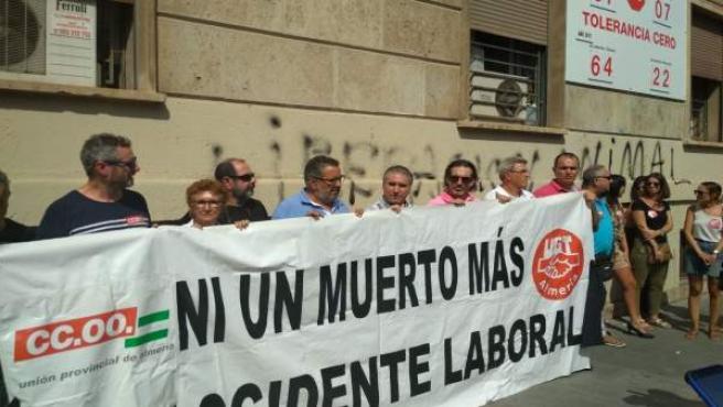 Representantes sindicales se concentran por los dos últimos fallecidos