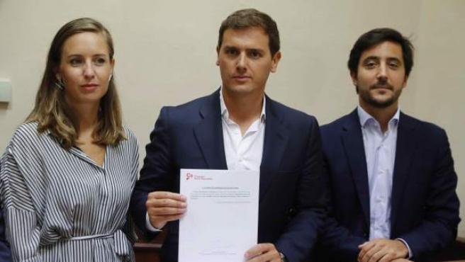 Rivera registra la proposición de ley para suprimir sucesiones junto a los diputados Toni Roldán y Melisa Rodríguez.