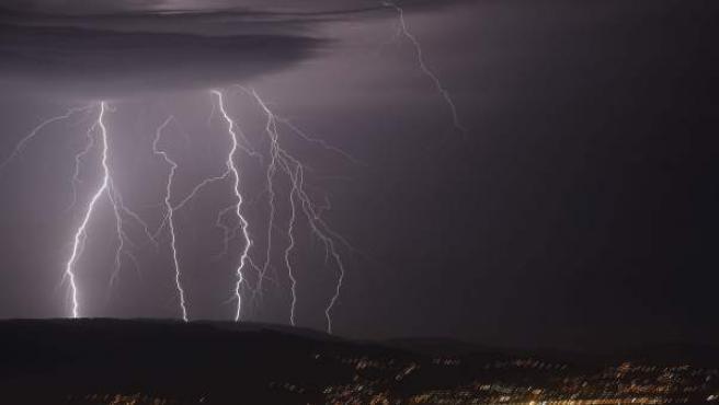 <p>Tormenta eléctrica vista desde el monte Cepudo en Vigo y la Playa de Domaio. </p>